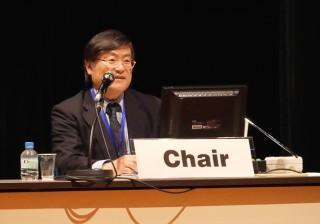 研究会において議長を務める島田学長