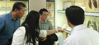 総合分析実験センターで北間准教授(右)の説明を受ける程卯生副学長(右から2人目)