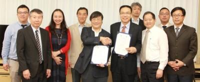 合意書を手に記念撮影する徐 学長(中央右)、島田学長(中央左)ら
