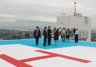 新病棟屋上に設置されたヘリポートを視察する様子