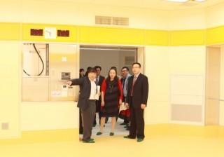 新病棟内に整備される機能強化を図った手術室を徐 学長に説明する島田学長