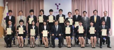 表彰状を手に島田学長(前列中央)と記念撮影する受賞学生