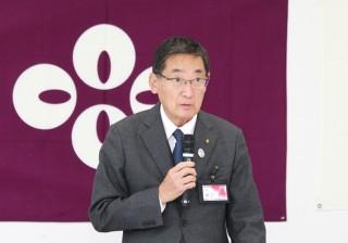 挨拶する田辺 篤甲州市長