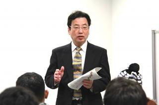 歓迎の挨拶をする堀理事・副学長