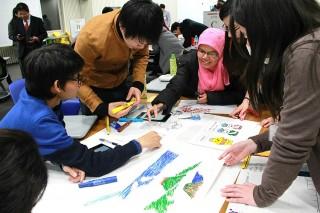 交流会の様子絵を描き進めていく学生たち