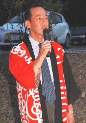 花火の開始にあたり挨拶する藤井秀樹病院長