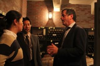 ワイン科学研究センターにて奥田徹センター長(左奥)へ質問するスタッペン氏(右)