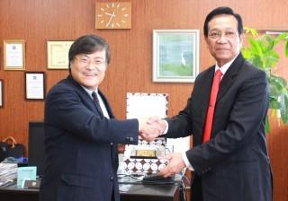 ハメンクブウォノ特別州知事(右)と 島田学長(左)