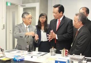 飯山センター長(右)から説明を受けるハメンクブウォノ特別州知事(左)