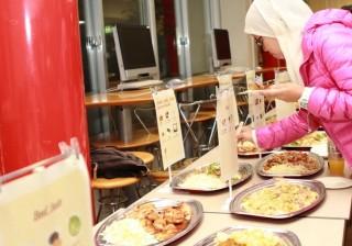 和食の象徴である寿司のほか、ハラル料理などメニューも充実