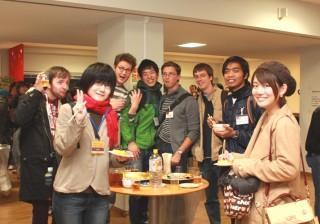 懇談する留学生