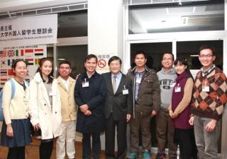 島田学長と記念撮影するベトナム留学生