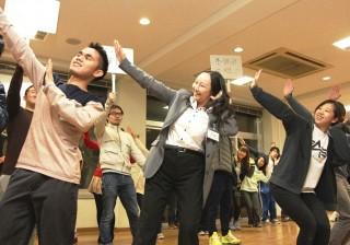 完璧な振付で踊る留学生有志とダンス部(中央は茅 暁陽国際交流センター長)