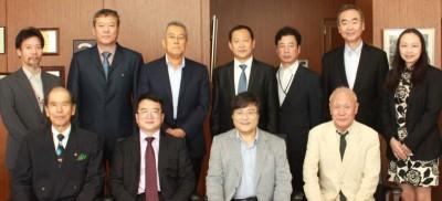 集合写真(前列中央左が程卯生副学長、前列中央右が島田学長)