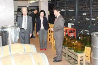 ワイン科学研究センターで奥田徹センター長(右)の説明を受ける吉澤氏(左)