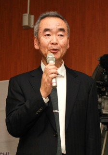 挨拶する早川本学理事・副学長