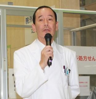 挨拶する藤井病院長