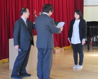 受賞した北上教諭(右)と賞状を授与する宮川編集長(中央)