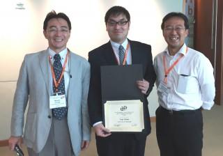 左から内田教授、千野さん、柿沼克良教授(本学燃料電池ナノ材料研究センター)