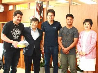左から BHESH RAJ THATAさん(留学生) 島田学長 亀井樹さん(有志学生代表) SHRESTHA SHANKARさん(留学生) 風間ふたば教授(国際流域環境研究センター長)