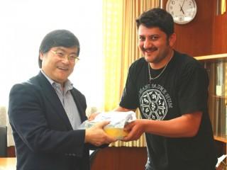 BHESH RAJ THATAさんから義援金を受け取る島田学長