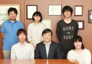 学長(前列中央)と懇談会参加者との記念撮影