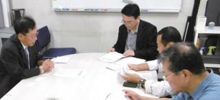 医学部環境遺伝医学講座久保田健夫教授(左)の研究室の視察