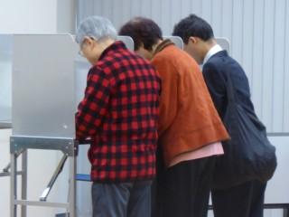 投票をする有権者