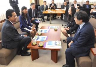 島田学長(右前)、茅センター長(右奥)と懇談するハメンクブウォノ特別州知事(左前)