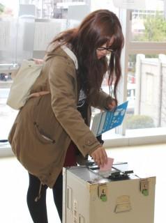 模擬投票をする学生