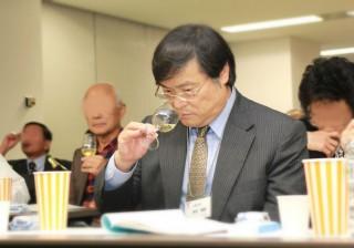 テイスティングを実践する島田学長