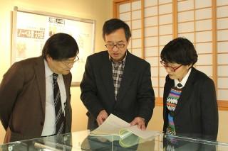 竹内 智附属図書館長(中央)が大村博士の卒業論文の 写しを披露