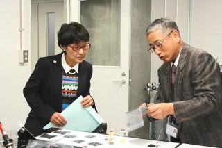 飯山明裕センター長(右)が燃料電池について説明