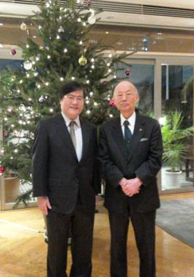 記念撮影 大村先生(右)と島田学長(左)