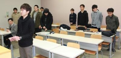 講義のお礼と感想を述べる修了生代表の松山さん(前方左)