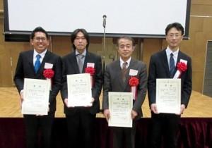 受賞した萩原教授の研究グループ(左からYuzairi Abdul Rahim さん、久慈氏、萩原教授、清水准教授)