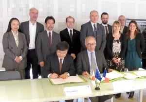 協定書に署名する島田学長とチュノンド ララ マニュエル ボルドー大学長(写真前列)