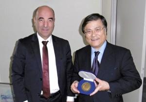 交流促進を約束した島田学長(右)とモハメド・アマラ学長(左)