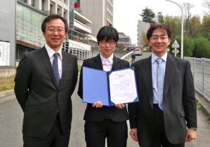受賞した林さん(中央)と指導教員の柿沼教授(左)、内田教授(右)