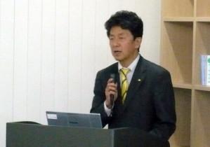 プロジェクトを説明する平井部長