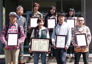 「ものづくりラボActive」の園家教授と受賞学生後列左から園家教授、塩田さん、松本さん、蟹江さん前列左から両角さん、今井さん、丹羽さん、大石さん