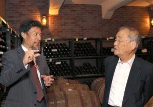 「ワイン科学研究センター」見学の様子(右は奥田 徹同センター長)