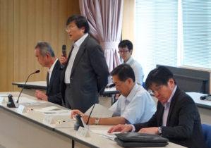 挨拶する島田学長(左から2番目)