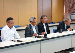本学の人材育成に期待する古井理事長(右から2番目)