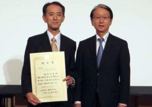左:榎本教授、右:日本肝臓学会理事長 小池和彦 東京大学教授
