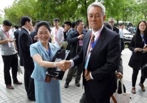 朱 健梅 同大副校長(左)と交流する岩﨑副学長(右)