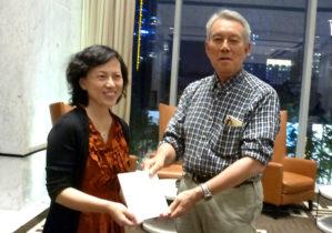 李 成坚 同大外国語学院院長(左)へ記念品を贈る岩﨑副学長(右)