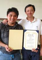 受賞した山田さん(左)とチェン准教授(右)