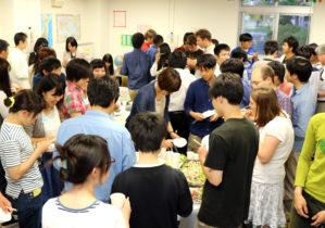 郷土料理や国際交流を楽しむ参加者たち