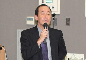 報告会に先立ち挨拶する藤井病院長